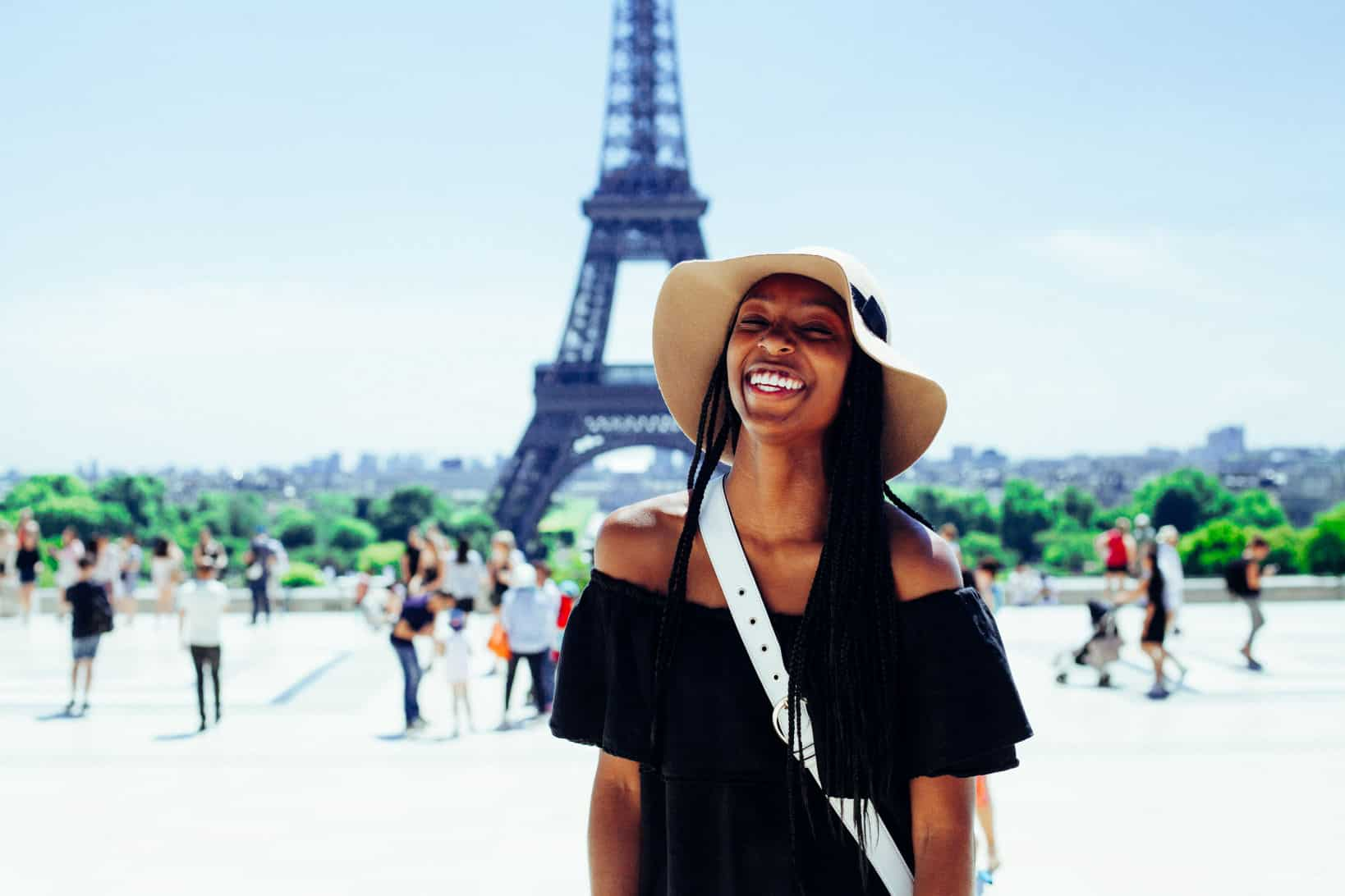 Determinging your travel budget - Woman traveling in Paris